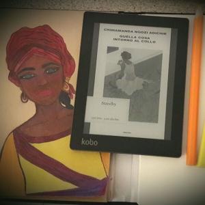 """Copertina di """"Quella cosa attorno al collo"""" di Chimamanda Negozi Adichie, edito da Einaudi."""